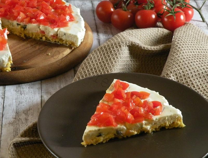 cheesecake salata con feta, olive e pomodorini