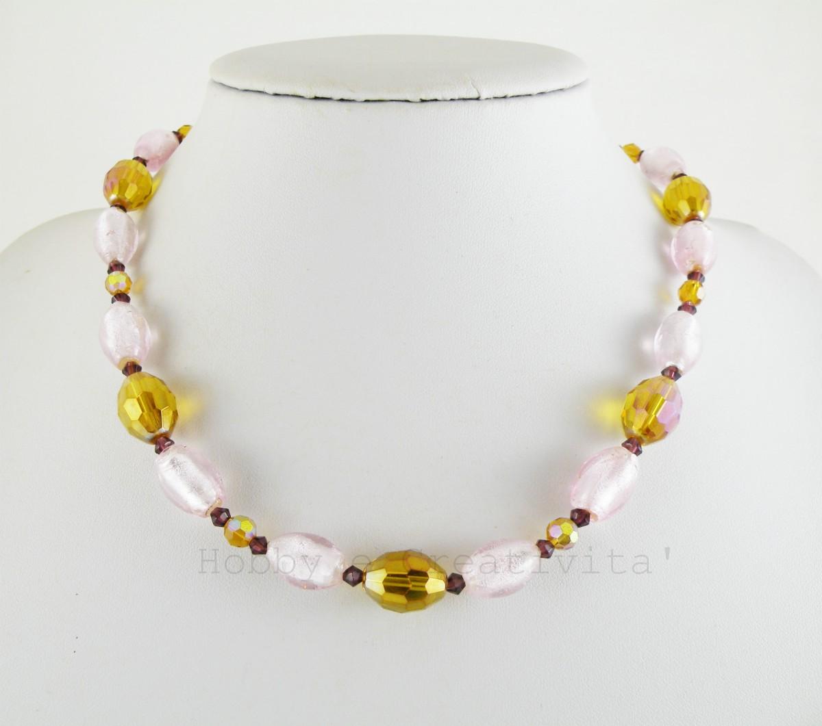 girocollo con perle di vetro e cristalli