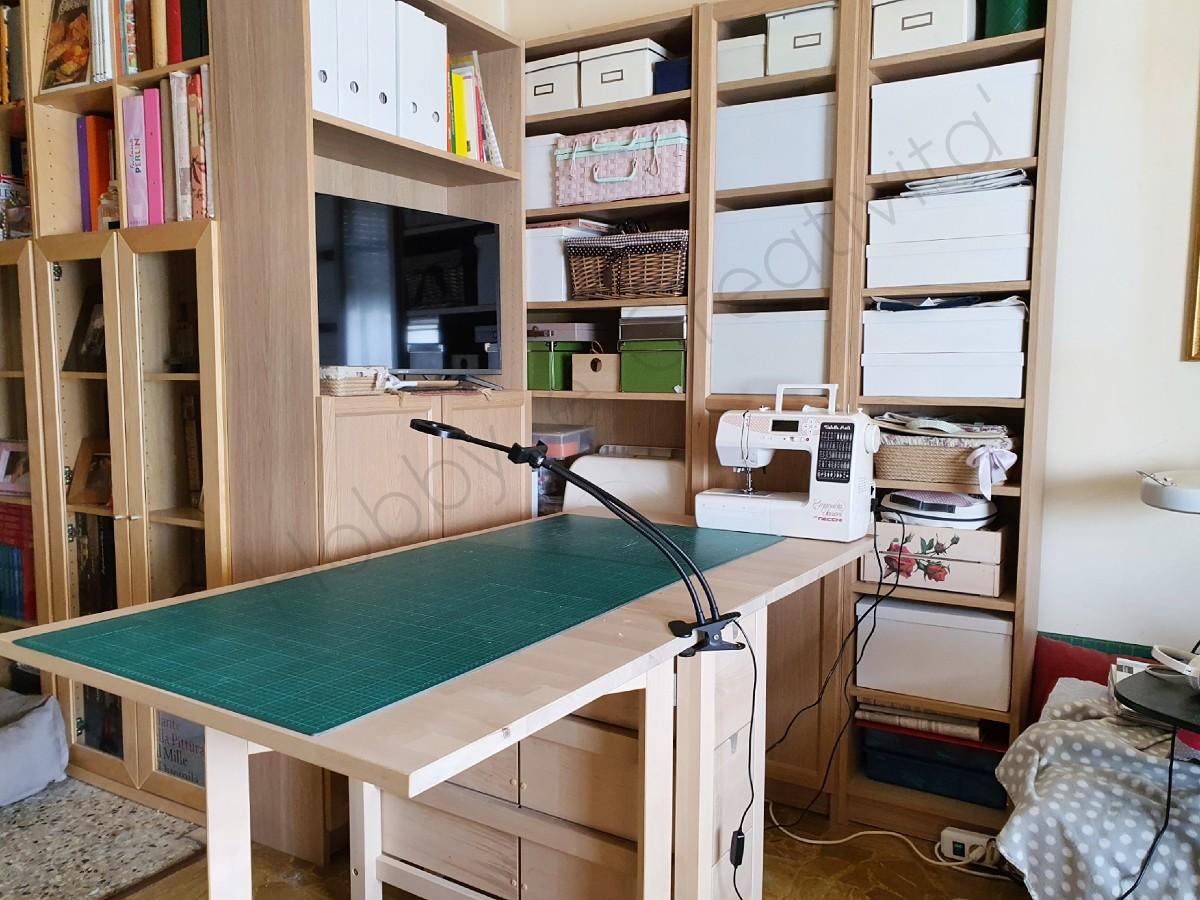 organizzare la stanza del cucito tavolo da taglio